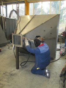 Konstruktionsmechaniker schweißt Stahlbaukonstruktion